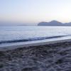 безлюдный осенний пляж