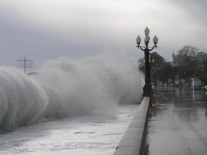Под Ялтой с пирса смыло двух фотографировавшихся в сильный шторм мужчин, один пропал